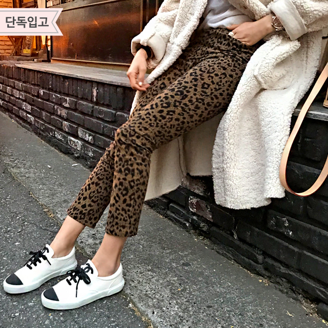 Leopard-Printed Cropped Pants
