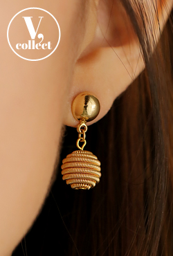 [V,Collect] Gold-Tone Hive Earring